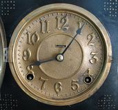 Cara de reloj de cobre amarillo antigua Imágenes de archivo libres de regalías