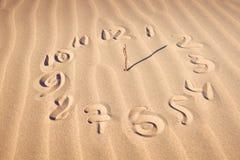 Cara de reloj en la playa Fotos de archivo