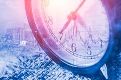 Cara de reloj retra en la capa de la mañana del reloj del ` de 7 o con la ciudad del metro y la acción del negocio Fotografía de archivo