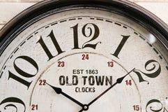 Cara de reloj vieja de pared de la ciudad foto de archivo