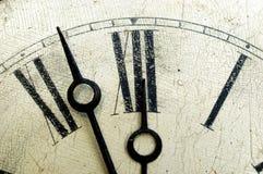 Cara de reloj vieja del final del cracklequere. Imagen de archivo