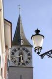 Cara de reloj y lámpara de calle Foto de archivo libre de regalías