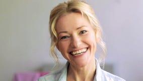 Cara de risa feliz de la mujer almacen de metraje de vídeo