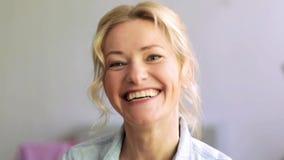 Cara de risa feliz de la mujer metrajes