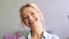 Cara de riso feliz da mulher filme