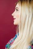 Cara de sorriso bonita da mulher com pele perfeita limpa no fundo cor-de-rosa Retrato do louro bonito com profissional Imagem de Stock