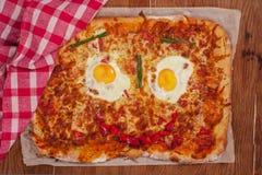 Cara de sorriso da pizza na tabela de madeira fotografia de stock royalty free