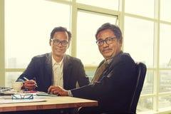 Cara de sorriso toothy do homem de negócio de dois asiáticos no escritório de trabalho fotografia de stock royalty free