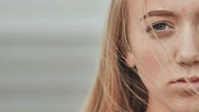 Cara de um close-up da menina do adolescente das pessoas de 16 anos O conceito de problemas adolescentes video estoque