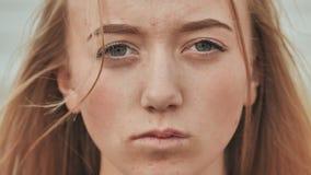 Cara de um close-up da menina do adolescente das pessoas de 16 anos O conceito de problemas adolescentes filme