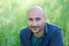 Cara de um homem calvo de sorriso farpado no parque Foto de Stock Royalty Free