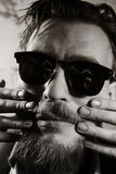 Cara de um homem vestido nos óculos de sol fotografia de stock royalty free