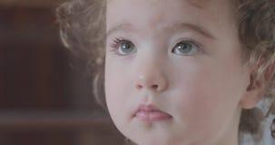 Cara de uma criança pequena com emoções diferentes video estoque