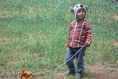 Cara de uma criança que olha a parte dianteira imagens de stock