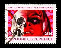 Cara de uma jovem mulher, metade como o esqueleto, serie do abuso de drogas, cerca de 1973 imagem de stock