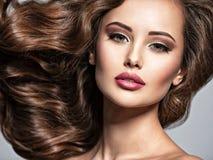 Cara de uma mulher bonita com cabelo marrom longo fotos de stock