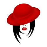 A cara de uma mulher bonita em um esboço fêmea do chapéu vermelho de veludo com os bordos vermelhos sensuais e cabelo curto preto Imagem de Stock Royalty Free