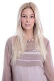 Cara de un adolescente femenino bastante rubio aislado en blanco. Imagen de archivo libre de regalías