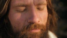 Cara de un hombre con los ojos cerrados metrajes