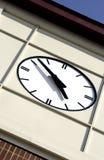 Cara de un reloj en un edificio Imagenes de archivo