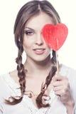 Cara de una chica joven encantadora con un Ca en forma de corazón Imagenes de archivo