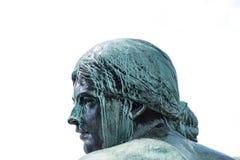 Cara de una estatua de bronce femenina - el retrato de la escultura de la mujer es Fotos de archivo