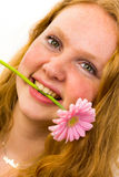 Cara de una muchacha con la flor rosada Fotografía de archivo
