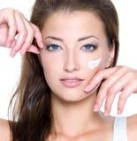 Cara de una mujer atractiva con crema en cara Imagen de archivo libre de regalías