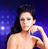 Cara de una mujer atractiva con los clavos azules Fotografía de archivo libre de regalías