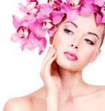 Cara de una mujer con maquillaje púrpura y labios del ojo Imagen de archivo libre de regalías