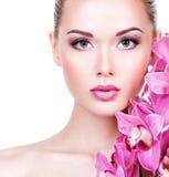 Cara de una mujer con maquillaje púrpura y labios del ojo Imágenes de archivo libres de regalías