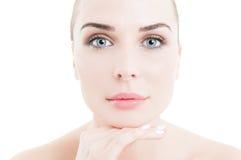 Cara de una mujer hermosa que lleva maquillaje diurno natural Fotografía de archivo