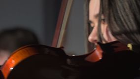 Cara de una mujer joven que toca el violín metrajes