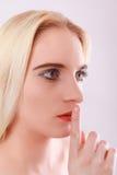 Cara de una mujer rubia, joven relajada con los ojos abiertos Fotografía de archivo libre de regalías