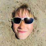 Cara del adolescente en la arena Fotografía de archivo libre de regalías