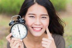 Cara del bebé, muchacha asiática linda intemporal de las mujeres con mirada joven de la piel imagen de archivo