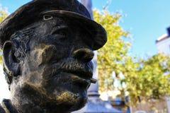Cara del bronce en la calle de Lisboa imagenes de archivo