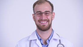 Cara del doctor barbudo feliz del hombre que habla con la cámara almacen de video