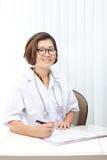 Cara del doctor de sexo femenino agradable en hospital Foto de archivo libre de regalías