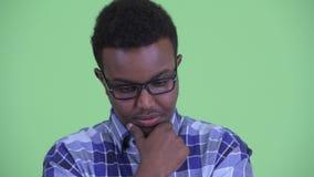 Cara del hombre africano joven serio del inconformista que piensa y que mira abajo metrajes