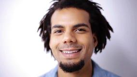 Cara del hombre afroamericano sonriente feliz almacen de metraje de vídeo
