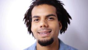 Cara del hombre afroamericano sonriente feliz metrajes