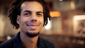 Cara del hombre afroamericano sonriente feliz almacen de video
