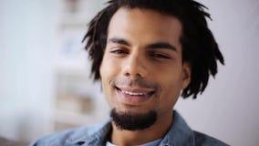 Cara del hombre afroamericano sonriente feliz en casa almacen de video