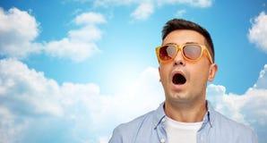 Cara del hombre asustado en camisa y gafas de sol Fotografía de archivo libre de regalías
