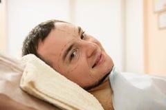 Cara del hombre con contornos médicos en la piel Foto de archivo