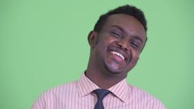 Cara del hombre de negocios africano joven feliz que sonríe y que ríe metrajes