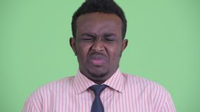 Cara del hombre de negocios africano joven subrayado que parece enojado y del grito metrajes