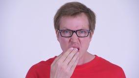 Cara del hombre hermoso joven que parece chocado almacen de metraje de vídeo