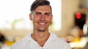 Cara del hombre joven sonriente feliz almacen de video